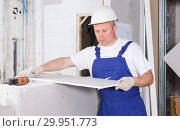 Купить «Worker engaged in drywall mounting», фото № 29951773, снято 28 мая 2018 г. (c) Яков Филимонов / Фотобанк Лори
