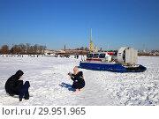 Купить «Люди фотографируются на льду реки Невы в Санкт-Петербурге», фото № 29951965, снято 4 марта 2018 г. (c) Евгений Кашпирев / Фотобанк Лори