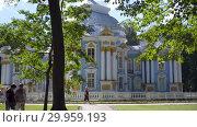 Купить «Walking to Pavilion Hermitage on artificial island in Alexandrovsky Park», видеоролик № 29959193, снято 8 августа 2018 г. (c) Ирина Мойсеева / Фотобанк Лори