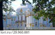 Купить «Walking to Pavilion Hermitage on artificial island in Alexandrovsky Park», видеоролик № 29960881, снято 8 августа 2018 г. (c) Ирина Мойсеева / Фотобанк Лори