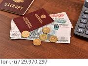 Пенсионное удостоверение, российский паспорт, калькулятор и деньги (2019 год). Редакционное фото, фотограф Юрий Морозов / Фотобанк Лори