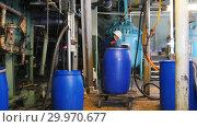 Купить «A man engineer in manufacturing puts a barrel on a cart and rolls it away», видеоролик № 29970677, снято 16 февраля 2019 г. (c) Константин Шишкин / Фотобанк Лори