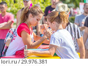Купить «Russia, Samara, August, 2018: arm wrestling among girls on the Volga River Embankment on a sunny summer day», фото № 29976381, снято 11 августа 2018 г. (c) Акиньшин Владимир / Фотобанк Лори