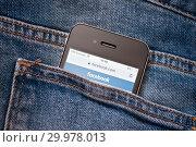 Купить «Сайт Facebook на экране телефона. Смартфон лежит в заднем кармане джинсовых штанов», фото № 29978013, снято 17 февраля 2019 г. (c) Екатерина Овсянникова / Фотобанк Лори