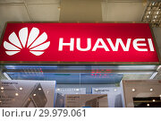 Бутик Huawei в торговом центре (2019 год). Редакционное фото, фотограф Victoria Demidova / Фотобанк Лори