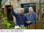 Купить «Man and woman standing outdoors», фото № 30006921, снято 15 декабря 2018 г. (c) Яков Филимонов / Фотобанк Лори