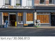 Купить «Магазин по продаже голландских сыров на главной Рыночной площади перед мэрией Делфта, Нидерланды», фото № 30066813, снято 3 июля 2018 г. (c) V.Ivantsov / Фотобанк Лори