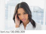 Businesswoman suffers a severe headache. Стоковое фото, агентство Wavebreak Media / Фотобанк Лори