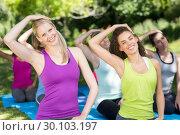 Fitness group doing yoga in park. Стоковое фото, агентство Wavebreak Media / Фотобанк Лори