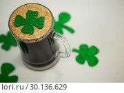 Mug of black beer and shamrock for St Patrick\s Day. Стоковое фото, агентство Wavebreak Media / Фотобанк Лори