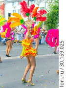 "Купить «Russia Samara August 2018: Beautiful dancer in a bright costume of feathers on the procession ""Flower Festival""», фото № 30159025, снято 25 августа 2018 г. (c) Акиньшин Владимир / Фотобанк Лори"