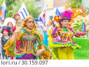 "Купить «Russia Samara August 2018: Clowness in a bright costume on the procession ""Flower Festival""», фото № 30159097, снято 25 августа 2018 г. (c) Акиньшин Владимир / Фотобанк Лори"