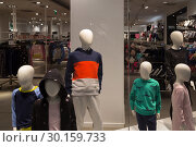 Купить «Poland, Bytom - faceless mannequins of the fashion chain H & M represent a family», фото № 30159733, снято 28 февраля 2018 г. (c) Caro Photoagency / Фотобанк Лори