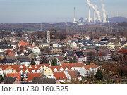 Купить «Bottrop, housing estate with many solar roofs, behind the Scholven power plant, a power plant of Uniper Kraftwerke GmbH in Gelsenkirchen.», фото № 30160325, снято 20 января 2019 г. (c) Caro Photoagency / Фотобанк Лори