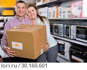 Купить «Couple with packed purchases in household appliances section in shop», фото № 30160601, снято 1 марта 2018 г. (c) Яков Филимонов / Фотобанк Лори