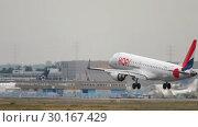 Купить «HOP Airfrance Embraer 190 approach and landing», видеоролик № 30167429, снято 20 июля 2017 г. (c) Игорь Жоров / Фотобанк Лори