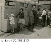 Автоматы газированной воды на улицах СССР. Редакционное фото, фотограф Retro / Фотобанк Лори