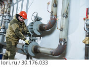 Купить «industrial plumber assembling pipes, valves, faucets in water circulation room», фото № 30176033, снято 15 февраля 2019 г. (c) Дмитрий Калиновский / Фотобанк Лори