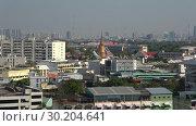 Ступа (чеди) буддистского храма в городском пейзаже. Бангкок, Таиланд (2018 год). Редакционное видео, видеограф Виктор Карасев / Фотобанк Лори