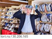 Купить «Portrait of male try on beret at the shopping mall», фото № 30206165, снято 2 мая 2017 г. (c) Яков Филимонов / Фотобанк Лори