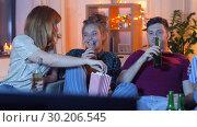 Купить «friends with beer and popcorn watching tv at home», видеоролик № 30206545, снято 12 января 2019 г. (c) Syda Productions / Фотобанк Лори