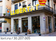 Catalonia Independence Flags on balconies. The Catalan independence movement is a political movement historically derived from Catalan nationalism (2019 год). Редакционное фото, фотограф Papoyan Irina / Фотобанк Лори