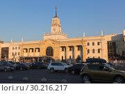 Купить «Привокзальная площадь и здание железнодорожного вокзала Краснодар-1 в закатном свете», фото № 30216217, снято 7 июля 2018 г. (c) Николай Мухорин / Фотобанк Лори