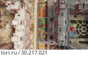 Купить «Flying over new-built house and apartment block under construction, Russia», видеоролик № 30217021, снято 20 марта 2019 г. (c) Данил Руденко / Фотобанк Лори