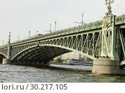 Купить «Троицкий мост через реку Неву в Санкт-Петербурге», фото № 30217105, снято 9 августа 2018 г. (c) Людмила Капусткина / Фотобанк Лори