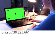Купить «businesswoman with green screen on laptop at night», видеоролик № 30225661, снято 25 марта 2019 г. (c) Syda Productions / Фотобанк Лори
