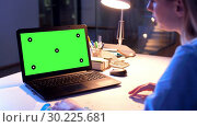 Купить «businesswoman with green screen on laptop at night», видеоролик № 30225681, снято 25 марта 2019 г. (c) Syda Productions / Фотобанк Лори