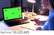 Купить «businesswoman with green screen on computer», видеоролик № 30225685, снято 25 марта 2019 г. (c) Syda Productions / Фотобанк Лори