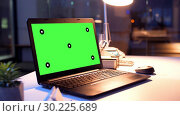 Купить «laptop computer with green screen at night office», видеоролик № 30225689, снято 23 мая 2019 г. (c) Syda Productions / Фотобанк Лори