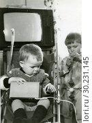 Купить «Маленькие мальчики играют в комнате», фото № 30231145, снято 18 октября 2019 г. (c) Retro / Фотобанк Лори