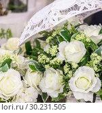 Wedding decor and accessory. Beautiful bouquet of white roses for the bride. Стоковое фото, фотограф Светлана Евграфова / Фотобанк Лори