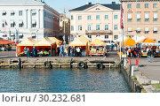 Купить «Вид на Рыночную площадь в солнечный день ранней осенью. Хельсинки. Финляндия», фото № 30232681, снято 19 сентября 2018 г. (c) Екатерина Овсянникова / Фотобанк Лори