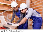 Купить «Workers looking at laptop», фото № 30233213, снято 12 февраля 2019 г. (c) Яков Филимонов / Фотобанк Лори
