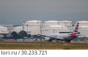 Купить «American Airlines Boeing 777 departure», видеоролик № 30233721, снято 20 июля 2017 г. (c) Игорь Жоров / Фотобанк Лори