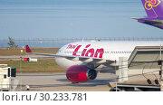 Купить «Airplane taxiing after landing», видеоролик № 30233781, снято 29 декабря 2018 г. (c) Игорь Жоров / Фотобанк Лори