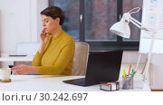 Купить «businesswoman calling on smartphone at office», видеоролик № 30242697, снято 28 февраля 2019 г. (c) Syda Productions / Фотобанк Лори