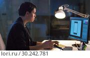 Купить «businesswoman with computer eating at night office», видеоролик № 30242781, снято 28 февраля 2019 г. (c) Syda Productions / Фотобанк Лори