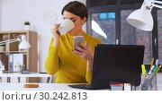 Купить «smiling businesswoman using smartphone at office», видеоролик № 30242813, снято 28 февраля 2019 г. (c) Syda Productions / Фотобанк Лори