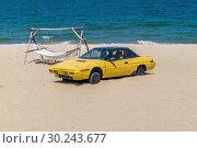 Купить «Старый желтый автомобиль на песчаном пляже в Нячанге. Happy Beach. Вьетнам», фото № 30243677, снято 7 сентября 2018 г. (c) Владимир Сергеев / Фотобанк Лори