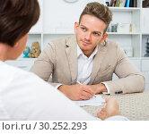 man offers woman good bargain. Стоковое фото, фотограф Яков Филимонов / Фотобанк Лори