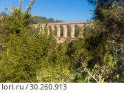 Купить «Roman aqueduct in city of Taragona in summer», фото № 30260913, снято 31 января 2018 г. (c) Татьяна Яцевич / Фотобанк Лори