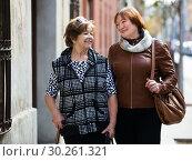 Female pensioners at city walk. Стоковое фото, фотограф Яков Филимонов / Фотобанк Лори