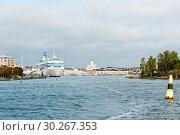 Купить «Вид на Хельсинки со стороны Балтийского моря. Осень. Финляндия», фото № 30267353, снято 20 сентября 2018 г. (c) E. O. / Фотобанк Лори