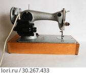 Купить «Швейная машинка  ''Подольск'' с электроприводом СССР», фото № 30267433, снято 8 марта 2019 г. (c) Евгений Будюкин / Фотобанк Лори
