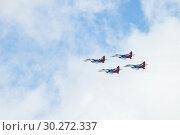 Kazan, Russian Federation - Oktober 27, 2018: Aerobatics performed by aviation group Strizhi on the background of clouds. Редакционное фото, фотограф Константин Шишкин / Фотобанк Лори