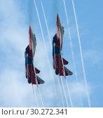 Kazan, Russian Federation - Oktober 27, 2018: Aerobatics performed by two planes of aviation group of Military-air forces of Russia Strizhi . Редакционное фото, фотограф Константин Шишкин / Фотобанк Лори